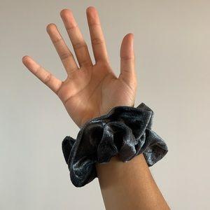 grey velvet scrunchie 🧸